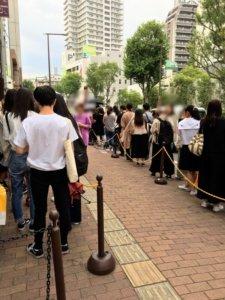 モッチャム福岡大名店の混雑した行列に並んだ画像
