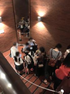 モッチャム天神コアの階段に行列が続く画像